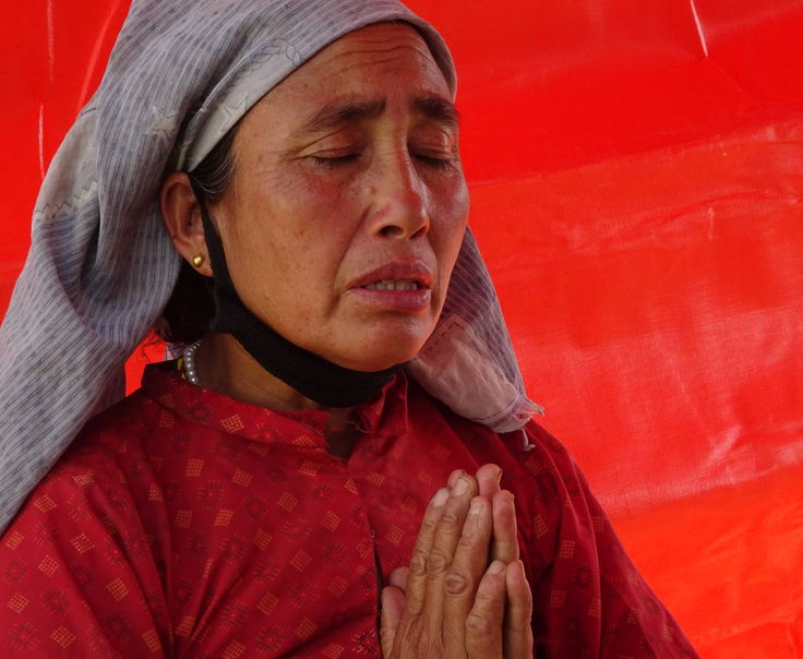Nepal- woman praying